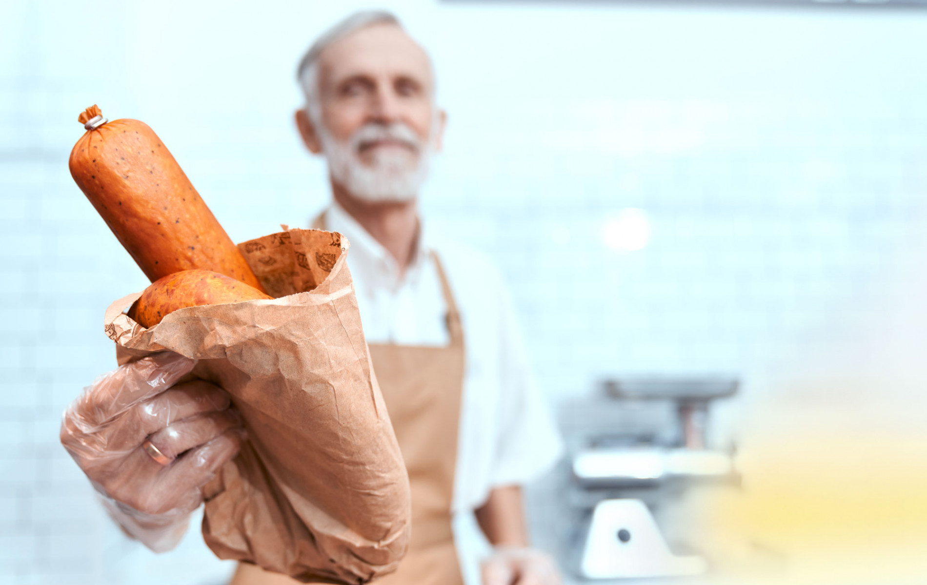 Man holding clipped sausage